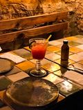 Cocktail de poinçon avec la marionnette au restaurant photographie stock