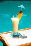 Cocktail de Poolside Photographie stock libre de droits