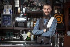 Cocktail de portion de barman photos libres de droits