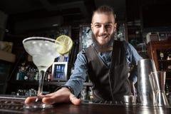 Cocktail de portion de barman photos stock