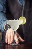 Cocktail de portion de barman images libres de droits