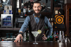 Cocktail de portion de barman image libre de droits