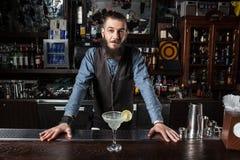 Cocktail de portion de barman photo libre de droits