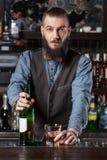 Cocktail de portion de barman photographie stock libre de droits