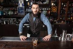 Cocktail de portion de barman photographie stock