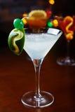Cocktail de refrescamento brilhantes: cimente o daiquiri em uma tabela em um restaurante com a decoração criativa de fatias do ca Fotos de Stock Royalty Free