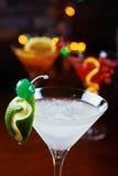Cocktail de refrescamento brilhantes: cimente o daiquiri em uma tabela em um restaurante com a decoração criativa de fatias do ca Foto de Stock