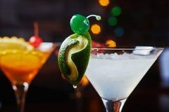 Cocktail de refrescamento brilhantes: cimente o daiquiri em uma tabela em um restaurante com a decoração criativa de fatias do ca Foto de Stock Royalty Free