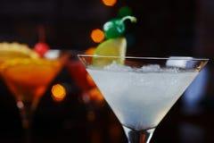 Cocktail de refrescamento brilhantes: cimente o daiquiri em uma tabela em um restaurante com a decoração criativa de fatias do ca Fotografia de Stock