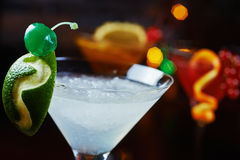 Cocktail de refrescamento brilhantes: cimente o daiquiri em uma tabela em um restaurante com a decoração criativa de fatias do ca Imagem de Stock Royalty Free