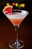 Cocktail de refrescamento brilhantes em uma tabela em um restaurante com a decoração criativa de fatias alaranjadas vermelhas em  Foto de Stock