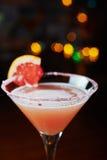 Cocktail de refrescamento brilhantes em uma tabela em um restaurante com a decoração criativa de fatias alaranjadas vermelhas em  Imagem de Stock