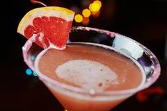 Cocktail de refrescamento brilhantes em uma tabela em um restaurante com a decoração criativa de fatias alaranjadas vermelhas em  Fotografia de Stock