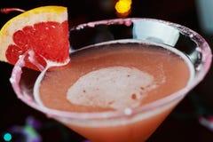 Cocktail de refrescamento brilhantes em uma tabela em um restaurante com a decoração criativa de fatias alaranjadas vermelhas em  Fotografia de Stock Royalty Free