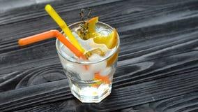 Cocktail de refrescamento com duas palhas em uma tabela de madeira filme