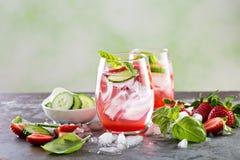 Cocktail de refrescamento da mola ou do verão com morango e pepino fotografia de stock royalty free