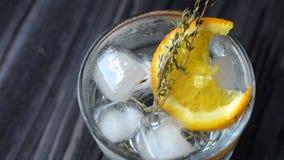 Cocktail de refrescamento em uma tabela de madeira video estoque