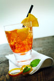 Cocktail de rhum avec l'orange fraîche images libres de droits