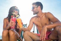 cocktail de sourire et potable de couples heureux Images stock