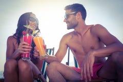 cocktail de sourire et potable de couples heureux Image stock