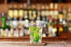 Cocktail de stimulation basé sur le genièvre photos stock
