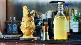 Cocktail de Tiki na barra Fotografia de Stock
