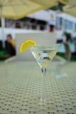Cocktail de vermouth avec le citron dans le verre image libre de droits