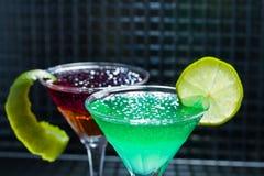 Cocktail de whiskey, de fraise et de menthe avec le caviar image stock