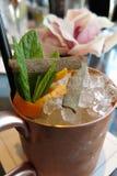 Cocktail de whiskey de whisky écossais dans la tasse de cuivre Photo libre de droits