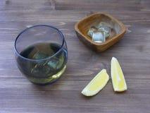 Cocktail de whiskey Whiskey, eau-de-vie fine, boisson de cognac avec de la glace et citron Texture en bois de Brown images stock