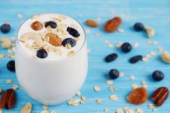Cocktail de yaourt de petit déjeuner de vitamine en verre photo libre de droits