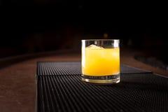 Cocktail del cacciavite su una stuoia del ribber della barra Fotografia Stock Libera da Diritti