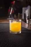 Cocktail del cacciavite su una stuoia del ribber della barra Immagine Stock Libera da Diritti