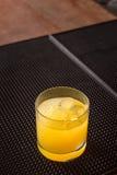 Cocktail del cacciavite su una stuoia del ribber della barra Immagine Stock