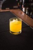 Cocktail del cacciavite su una stuoia del ribber della barra Fotografia Stock