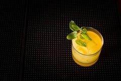 Cocktail del cacciavite su una stuoia del ribber della barra Fotografie Stock