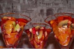 cocktail del dessert della gelatina con i frutti fotografie stock libere da diritti