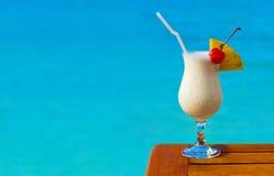 Cocktail del latte sulla tabella al caffè della spiaggia Immagine Stock