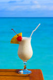 Cocktail del latte sulla tabella al caffè della spiaggia fotografia stock libera da diritti