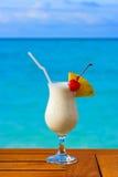 Cocktail del latte sulla tabella al caffè della spiaggia Fotografia Stock