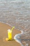 Cocktail del limone sulla spiaggia Immagine Stock Libera da Diritti