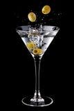 Cocktail del Martini con le olive e la spruzzata Fotografie Stock Libere da Diritti