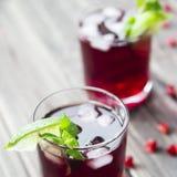 Cocktail del melograno con i semi, la calce e la menta del melograno Alcolico ed analcolico Fotografia Stock