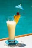 Cocktail del Poolside Immagini Stock Libere da Diritti