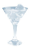 Cocktail delicioso com os cubos de gelo no vidro de martini em um fundo branco Foto de Stock