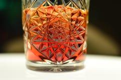 Cocktail delicioso Negroni com Campary e bonito imagens de stock royalty free