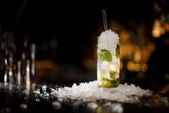 Cocktail delizioso Caipirinha che sta sul contatore della barra d'acciaio fotografia stock