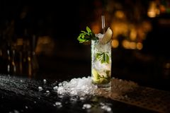 Cocktail delizioso Caipirinha che sta sul supporto della barra fotografia stock libera da diritti