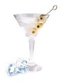 Cocktail delizioso con le olive ed i cubetti di ghiaccio in vetro di martini su un fondo bianco Fotografia Stock Libera da Diritti