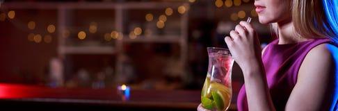 Cocktail delizioso nella barra immagine stock libera da diritti